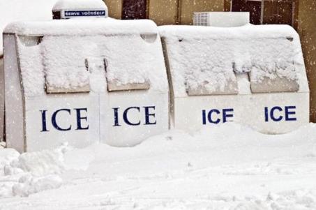 màquines de gel cobertes de neu