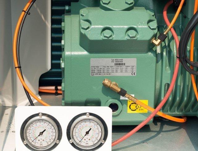 compressor amb manòmetres a bancada